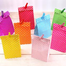 5 Papiertüten lila Punkte inkl. 5 Dekoklammern| H 18 cm - 6 x 9 cm | Geschenktüten Kindergeburtstag Gastgeschenk DIY